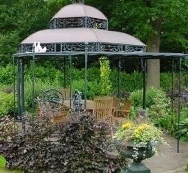 Prieel met gietijzeren ornamenten en een koperen dak